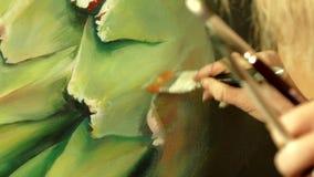 Yrkesmässig konstnär som arbetar i hennes seminariumstudio - närbildvideo stock video