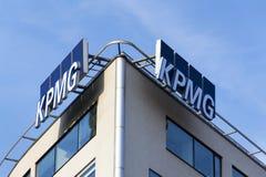 Yrkesmässig KPMG för tjänste- företag logo på byggnaden av de tjeckiska högkvarteren Royaltyfri Fotografi
