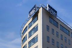 Yrkesmässig KPMG för tjänste- företag logo på byggnaden av de tjeckiska högkvarteren Royaltyfri Foto