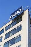 Yrkesmässig KPMG för tjänste- företag logo på byggnaden av de tjeckiska högkvarteren Arkivbilder