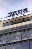 Yrkesmässig KPMG för tjänste- företag logo på byggnaden av de tjeckiska högkvarteren Arkivbild