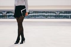 Yrkesmässig kvinna för moderiktig affär som rymmer den digitala minnestavlan Arkivbilder