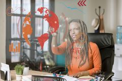 Yrkesmässig kvinna som fungerar en futuristisk datorskärm Royaltyfri Fotografi