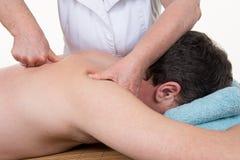 Yrkesmässig kvinnlig fysioterapeut som ger skuldramassage på sjukhuset arkivfoto