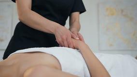 Yrkesmässig kvinnlig massör som gör massagen för kvinnlig klient i brunnsortsalong stock video