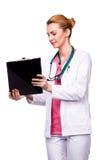 Yrkesmässig läkare som visar skrivplattan Royaltyfri Bild