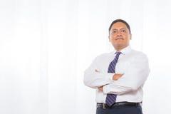 Yrkesmässig latinamerikansk man i dräkt med säkert uttryck Royaltyfria Foton
