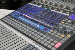 Yrkesmässig ljudsignal operatör som arbetar på ljudsignala blandareknoppar under levande TVTV-utsändning Royaltyfri Foto
