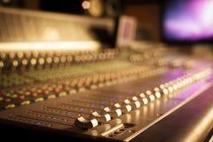 Yrkesmässig ljudsignalutrustning i studio Arkivbilder