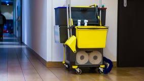 Yrkesmässig lokalvårdutrustning i korridor arkivbilder