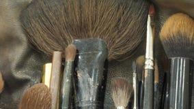 Yrkesmässig makeup borstar i ett sminksatsslut upp lager videofilmer
