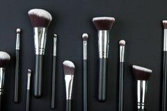 Yrkesmässig makeup borstar på en svart bakgrund, naturlig torkduk Royaltyfri Foto