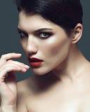 Yrkesmässig makeup, härlig kvinna som tonar Arkivfoton
