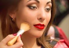 Yrkesmässig makeup som applicerar framsidapulver Royaltyfria Foton
