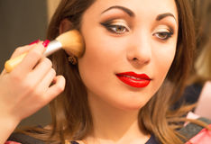 Yrkesmässig makeup som applicerar framsidapulver Royaltyfri Fotografi