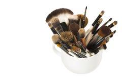 Yrkesmässig makeupborste i en vit kopp Royaltyfria Bilder