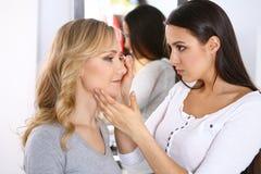 Yrkesmässig makeupkonstnär som arbetar med den härliga unga kvinnan Brud-, mode eller näck stil Arkivfoton