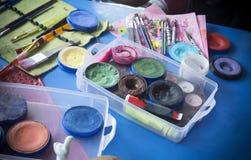 Yrkesmässig makeupuppsättning på en tabell fotografering för bildbyråer