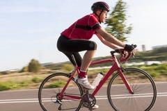 Yrkesmässig manlig cyklist under en ritt på cykeln utomhus Arkivfoto