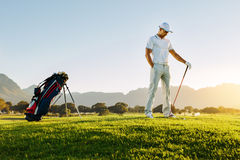 Yrkesmässig manlig golfare på fält Arkivbilder