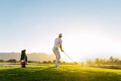 Yrkesmässig manlig golfare som tar skottet på golfbana Arkivfoto