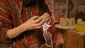 Yrkesmässig manlig keramiker som arbetar i seminariet, studio arkivfilmer