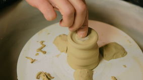 Yrkesmässig manlig keramiker som arbetar i seminariet, studio stock video