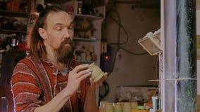 Yrkesmässig manlig keramiker som arbetar i seminariet, studio lager videofilmer