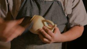 Yrkesmässig manlig keramiker som arbetar i seminarium arkivfilmer
