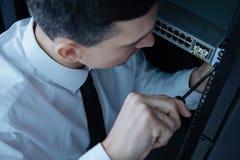 Yrkesmässig manlig tekniker som vänder en skruvmejsel arkivfoton