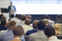 Yrkesmässig manlig värd som framme talar av åhörarna under affärskonferens arkivfoto