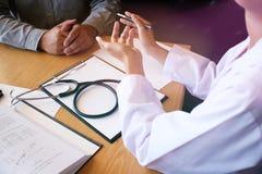 Yrkesmässig medicinsk doktor i den vita enhetliga kappalagintervjun royaltyfria foton