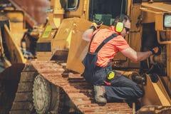 Yrkesm?ssig mekaniker f?r bulldozer royaltyfria foton