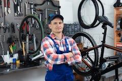 Yrkesmässig mekaniker med cykeln royaltyfri bild