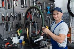 Yrkesmässig mekaniker som reparerar cykeln royaltyfria bilder