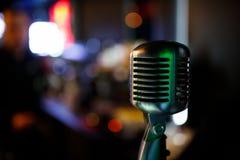 Yrkesmässig mikrofon för att sjunga i karaoke Copyspace royaltyfria foton