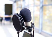 Yrkesmässig mikrofon för röst- inspelning arkivbild