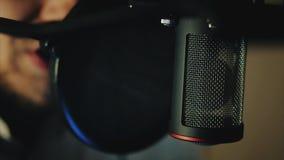 Yrkesmässig mikrofon i inspelningstudio Arkivfoto