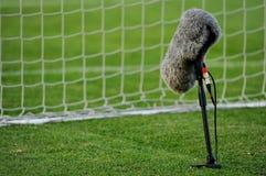 Yrkesmässig mikrofon på fotbollfält Arkivbild