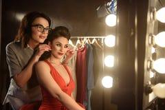 Yrkesmässig modell som förbereder sig för podium med assistenthjälp royaltyfri fotografi