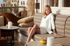 Yrkesmässig modellflicka för härlig blond ryss som har glädje och r Arkivbild