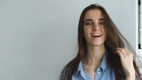 Yrkesmässig modemodell som poserar och ser in i kamera Kvinnashowen poserar och sinnesrörelsecloseupen stock video