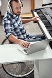 Yrkesmässig musiker som tillfogar solida effekter Royaltyfria Bilder