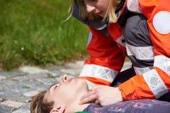 Yrkesmässig person med paramedicinsk utbildning Royaltyfri Bild