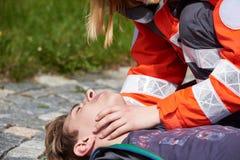 Yrkesmässig person med paramedicinsk utbildning Royaltyfri Fotografi