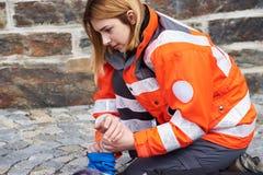 Yrkesmässig person med paramedicinsk utbildning Royaltyfria Bilder