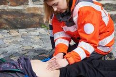 Yrkesmässig person med paramedicinsk utbildning Arkivbilder