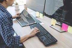 Yrkesmässig programmerare som arbetar på framkallande programmera och oss arkivbilder