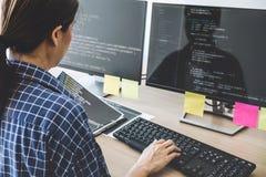 Yrkesmässig programmerare som arbetar på framkallande programmera, och websiten som arbetar i en programvara, framkallar företags royaltyfri bild