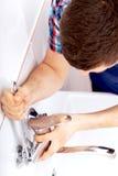 Yrkesmässig rörmokare som reparerar ett klapp Royaltyfri Foto